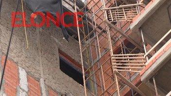 Hospitalizaron a un obrero que cayó desde el segundo piso de un edificio
