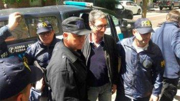Detuvieron a un docente por arrojar huevos al auto en el que iba Macri