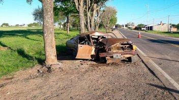 Destrozó el auto al chocarlo contra un árbol en el ingreso a Hernandarias
