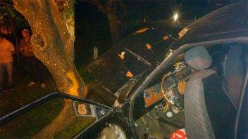 Un auto se incrustó contra un árbol y cuatro personas fueron hospitalizadas