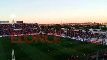 Videos: La llegada de los planteles de Patronato y Boca al estadio Grella