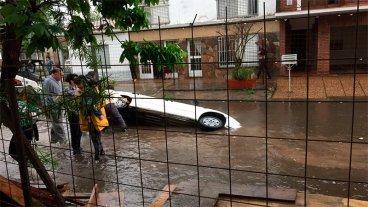 Fotos: Un auto y una moto terminaron bajo el agua al caer en pozo de una obra