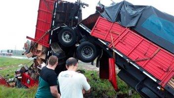 Impresionantes fotos del despiste de un camión con acoplado en la Autovía 14