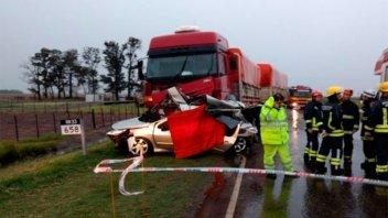 Dos personas murieron tras el choque de un camión y un auto