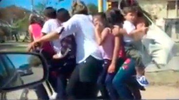 Video para el Guinness: Una moto con ocho pasajeros y seis son menores