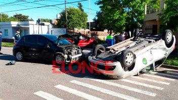 Choque y vuelco entre auto y remis: Hospitalizaron a una policía y a una menor