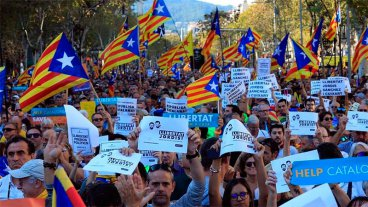 Masiva marcha en Barcelona tras la intervención de Cataluña anunciada por Rajoy