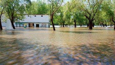Repentina crecida del río Uruguay afecta a los balnearios de La Histórica