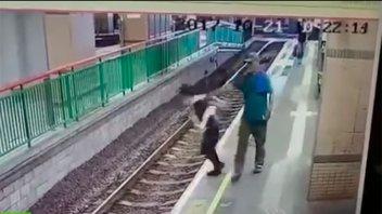 Empujó a una mujer a las vías del tren y se fue como si nada
