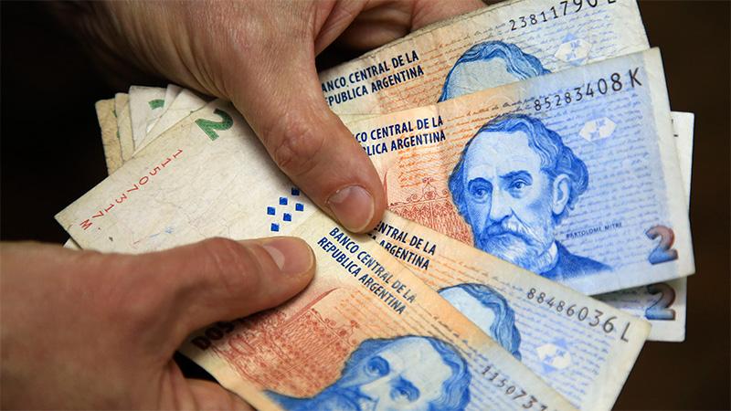 El Gobierno multará a los comercios que no acepten billetes de 2 pesos
