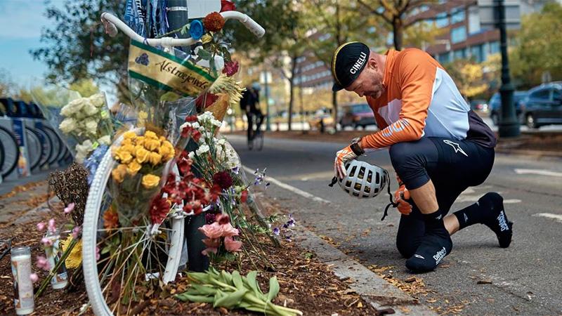 Ciclista Eric Fleming se detuvo en el memorial a víctimas del atentado.