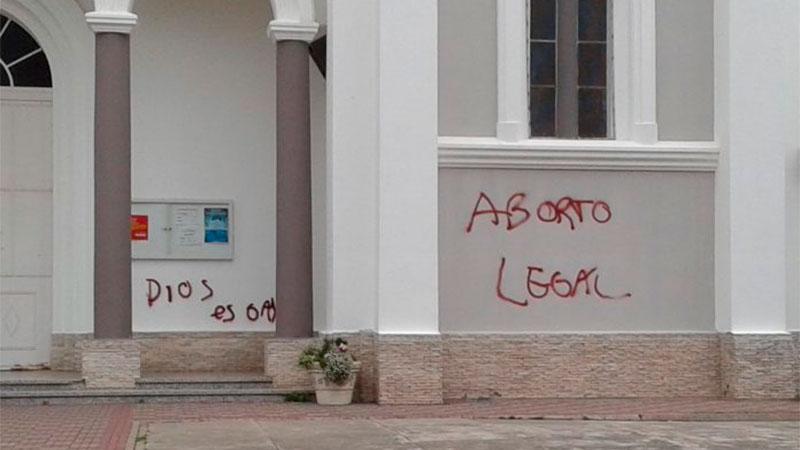 Efectuaron pintadas referidas al aborto legal en el frente de una parroquia