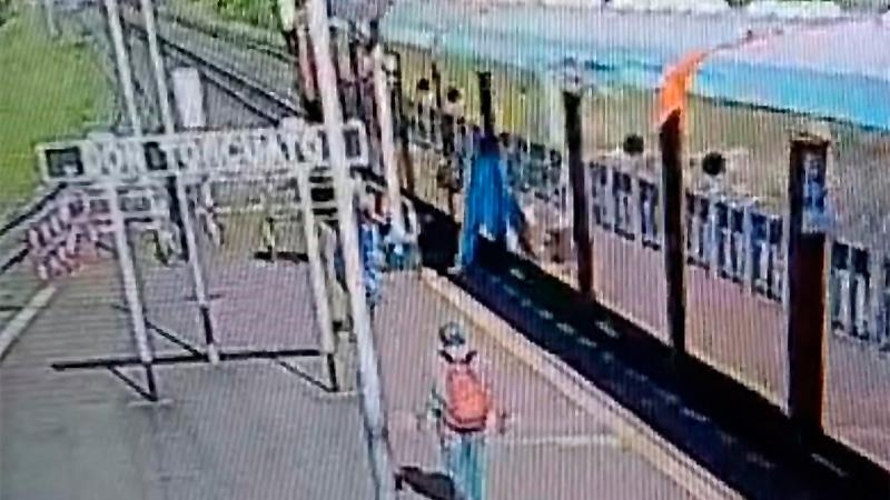 Brenda cae del tren mientras el ladrón escapa. (Captura de video).-