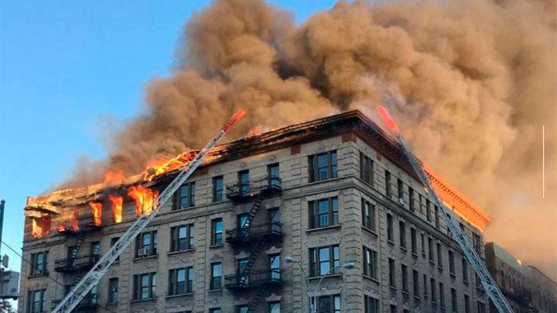 Más de 100 bomberos atienden brutal incendio en Manhattan