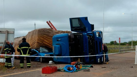 Al menos tres muertos por un auto atrapado bajo la carga de un camión