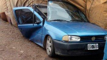 Un auto quedó atrapado bajo la carga de un camión: cuatro personas murieron