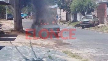Desconocidos incendiaron un auto y el fuego lo consumió casi por completo