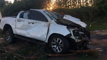 Perdió el control, derribó columna de iluminación y destrozó la camioneta