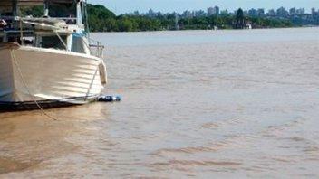 Un yate quedó varado en banco de arena y lo rescataron durante el temporal