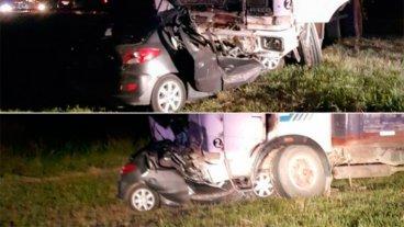 Terrible choque frontal: Camión arrastró 200 metros un auto cuyo conductor murió