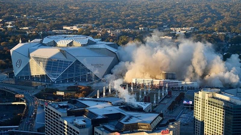 El Georgia Dome desapareciendo al lado del Mercedes Benz