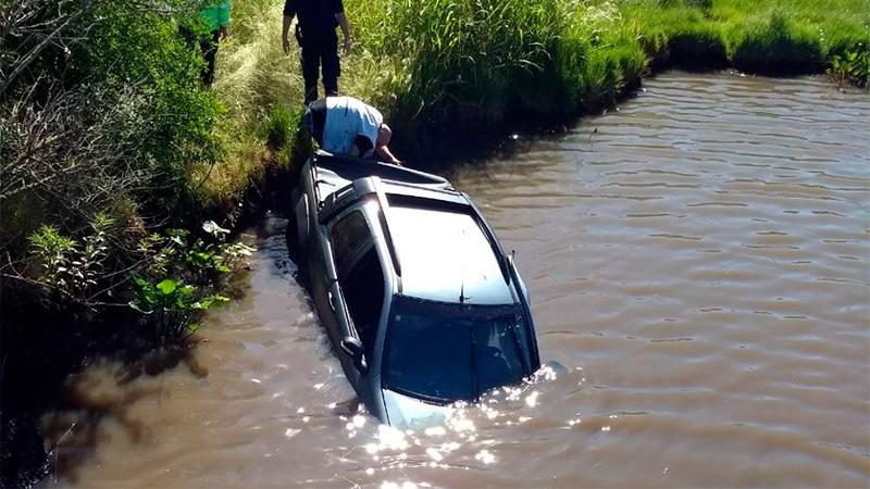 Una camioneta chocó la baranda de un puente y cayó al agua