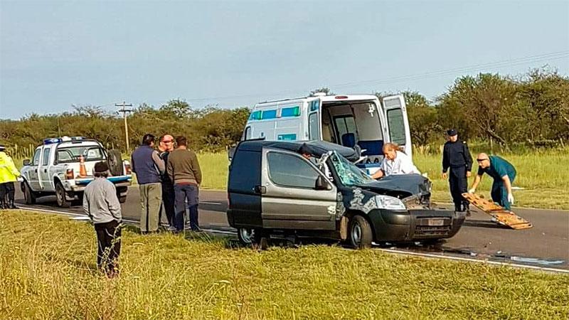 Rescataron a conductor atrapado en su camioneta tras chocar contra un acoplado