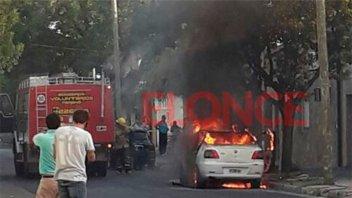 Tres niños fueron rescatados de un auto que se incendió casi por completo