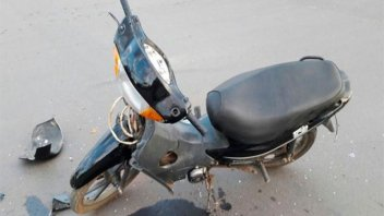 Motociclista perdió tres dientes al embestir contra una camioneta