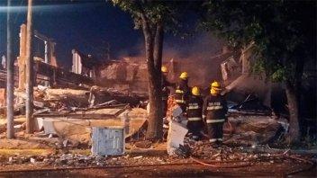 Tremenda explosión e incendio destruyeron a dos locales en localidad bonaerense