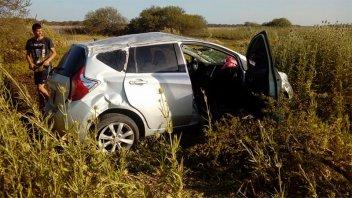 Se le salió una rueda del auto y volcó: Dos niños y una pareja, hospitalizados