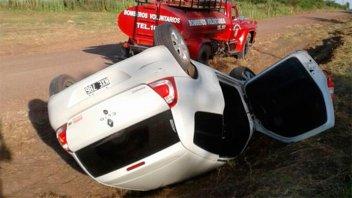 Un auto en el que iban varios jóvenes volcó en un camino de ripio
