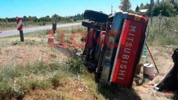 Paró para llamar a bomberos por un incendio y volcó la camioneta