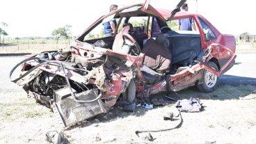 Auto quedó destruido tras brutal impacto contra un camión