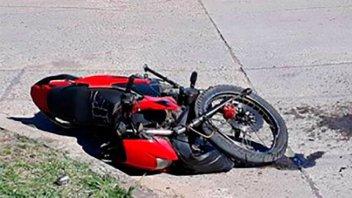 Un motociclista resultó gravemente herido al chocar contra un camión