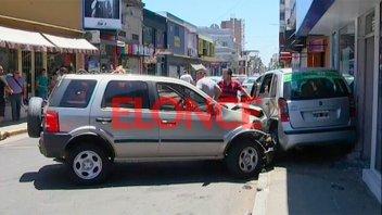 Fotos de grave accidente en el microcentro de Paraná: Auto terminó en la vereda