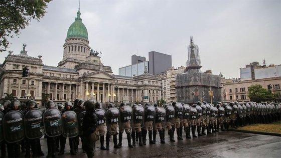 Tensión en las inmediaciones del Congreso entre Gendarmería y manifestantes