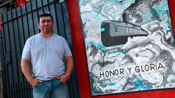 Homenajeó a tripulantes del Ara San Juan con una pintura en el frente de su casa