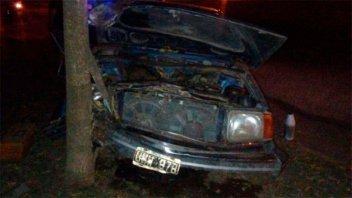 Conductor alcoholizado perdió el control de su auto y chocó contra un árbol
