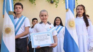 Le ganó al cáncer y juró la bandera en el patio de su casa