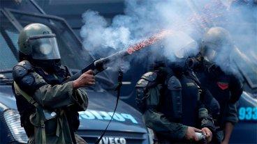 Balas de goma, hidrantes y piedrazos: Fotos de los incidentes frente al Congreso