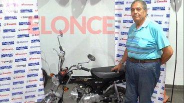 Héctor recibió la moto que se ganó en los sorteos de Once por Todos