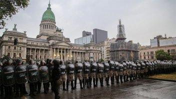 Fuerte custodia en el Congreso ante protestas por la reforma previsional