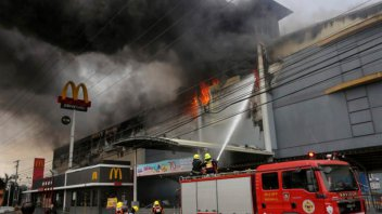 Ascienden a 38 los muertos por incendio en centro comercial de Filipinas