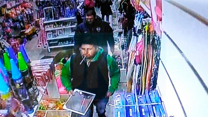 Narcotraficantes compraron un espejo y quedaron filmados por cámaras del local.