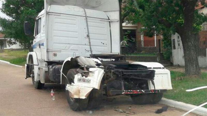 Otro motociclista falleció al impactar contra un camión estacionado