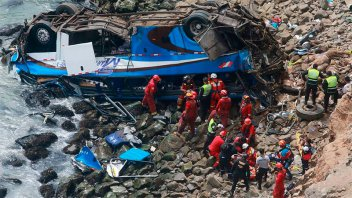 Colectivo cayó a un barranco y murieron al menos 25 personas en Perú