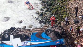 Ascienden a 36 los muertos por el colectivo que cayó a un barranco en Perú