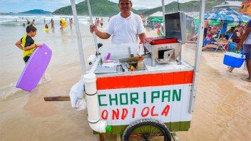 Menú argentino: Un carrito de chori y bondiola arrasa en una playa de Brasil