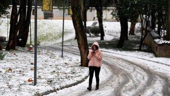 Por tormentas de nieve, suspenden clases y cancelan trenes en China
